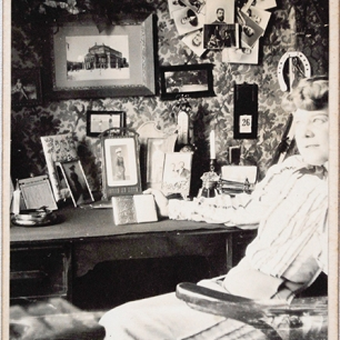 Schauspielerin mit ihren Erinnerungsstücken, Wien um 1900, Coll.Mila Palm