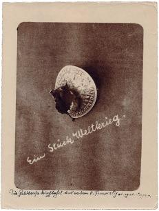 Ein Stück Weltkrieg, durchschossene Münze um 1915, Gelatinabzug © Milaneum 2018