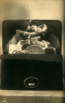 Postkarte um 1920, Fotomontage, Liebespaar in Geldbörse © Milaneum 2018