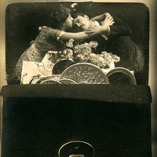 Postkarte um 1920, Fotomontage, Liebespaar in Geldbörse, Coll. Mila Palm