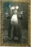 Karl Witek, preisgekrönt als armer Hausherr am Faschingszug in Ober Sankt Veit 1922, Gelatinabzug © Milaneum 2018