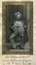 Karl Witek, preisgekrönt als armer Hausherr am Faschingszug in Obersanktveit 1922, Gelatinabzug, Slg.Milaneum