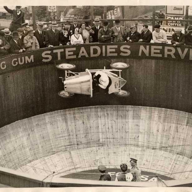 Earl Ketring (erster mit einem Automobil auf der Todesmauer in England.) Das speziell hergestellt Auto Austin7 hatte den Spitznamen Baby. Kursaal, Southend England, Silbergelatinabzug ca. 1930, 20x25cm