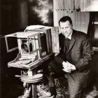 Hans Frank in seinem privaten Fotomuseum, Silbergelatinabzug 1960er, Vintage Silbergelatinabzug 13x18 cm
