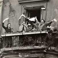 Jubelnde Menschen am Tag des Staatsvertrag 1955, Votava, Silbergelatinabzug 18x24cm
